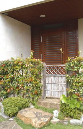 赤瓦屋根に 緑が映える、 格調高い二世帯の家