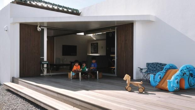 家族の居場所をつなぐコの字型の家