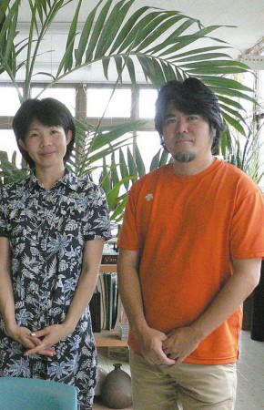 右から比嘉伝英さん、平野みのりさん