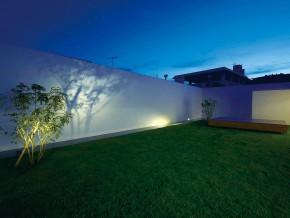 紺碧の空に映えるコートハウス