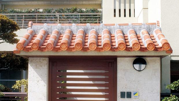 赤瓦屋根に緑が映える、格調高い二世帯の家