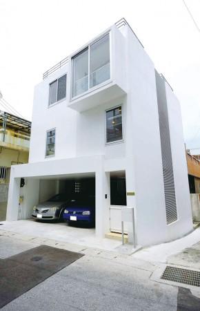 狭小地に建つコの字型の家