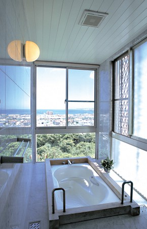 海の眺めを楽しむ回廊の家