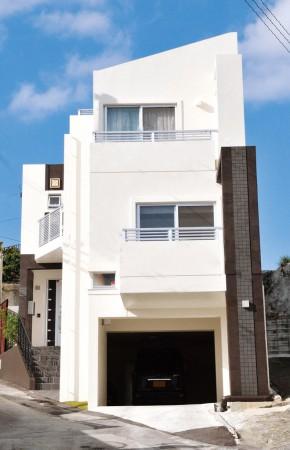 変形狭小地に建つ三階建ての家